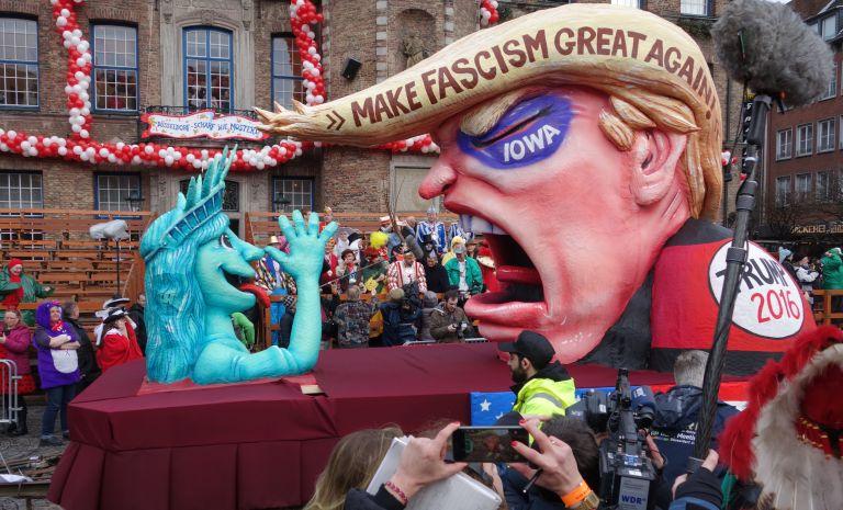Düsseldorf,_Rosenmontag_2016,_politische_Karnevalswagen_(05) (2)