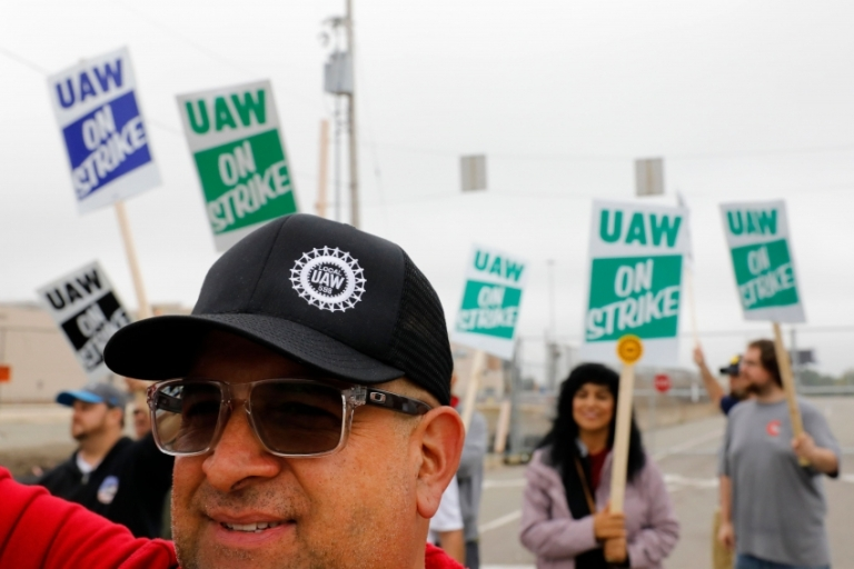 uaw_strike_image_picket_850_567